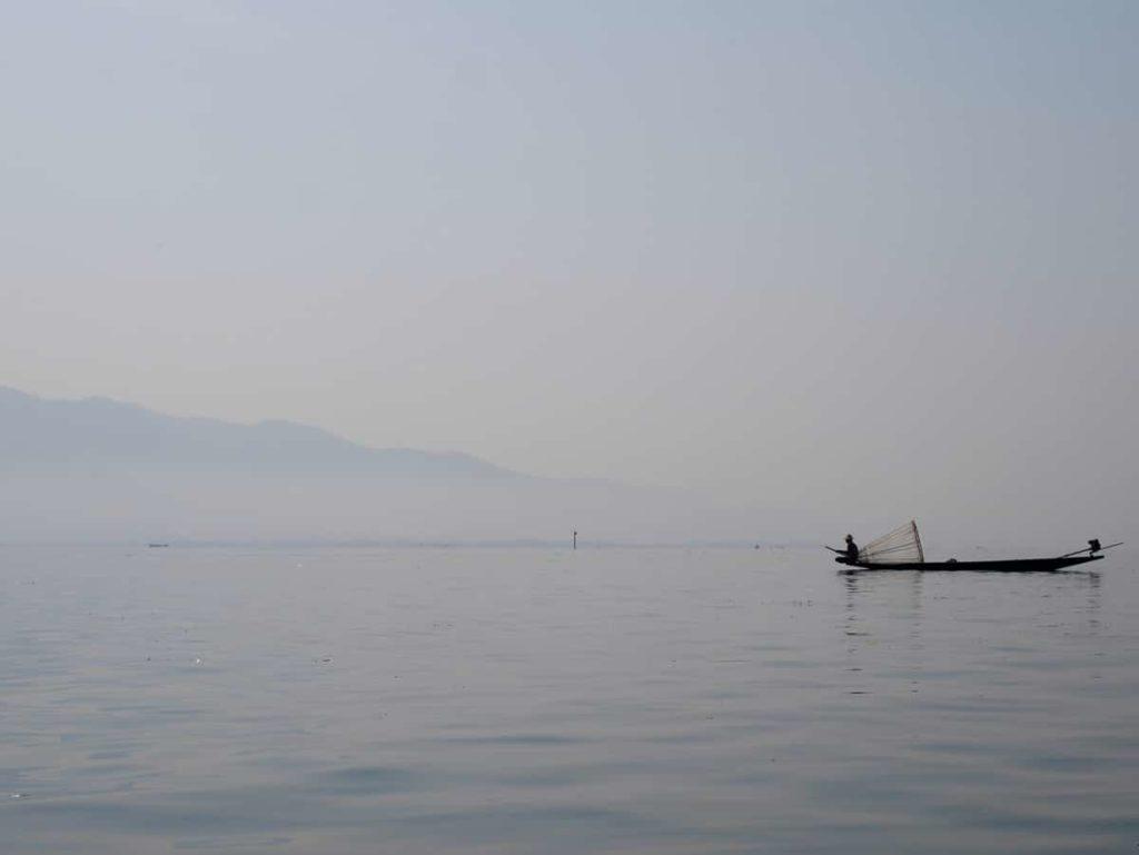 Des pêcheurs attrapent du poisson sur le lac Inle au Myanmar