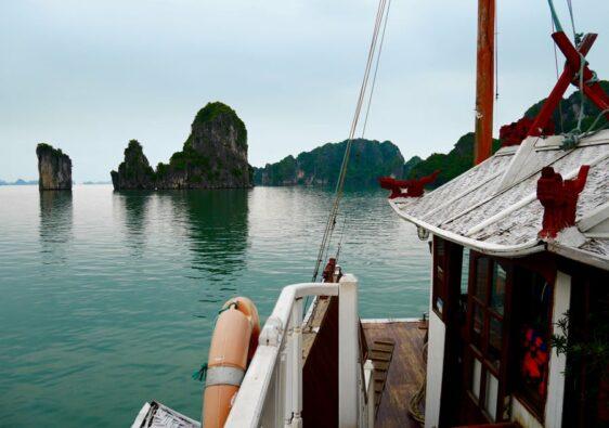Vue sur les formations rocheuses de la baie d'Halong au Vietnam depuis une jonque