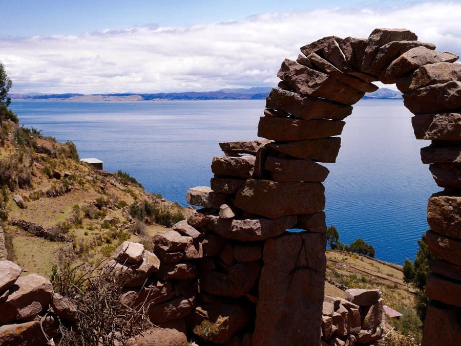 Arche en pierre à Taquile au Pérou