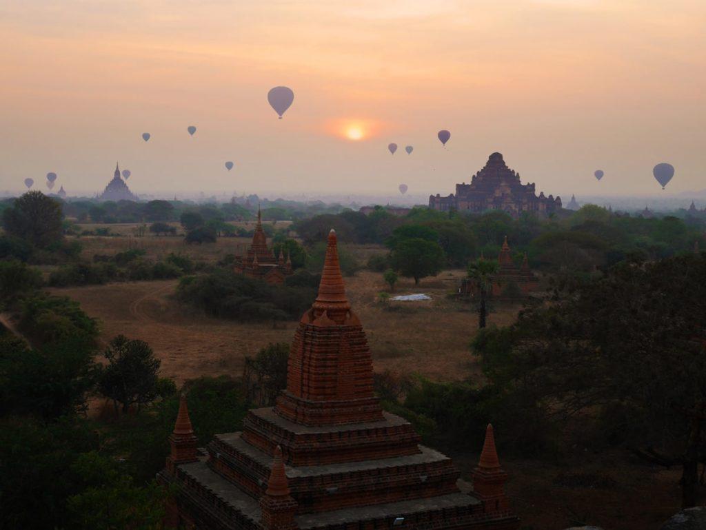 Levé de soleil et montgolfières sur les temples de Bagan au Myanmar
