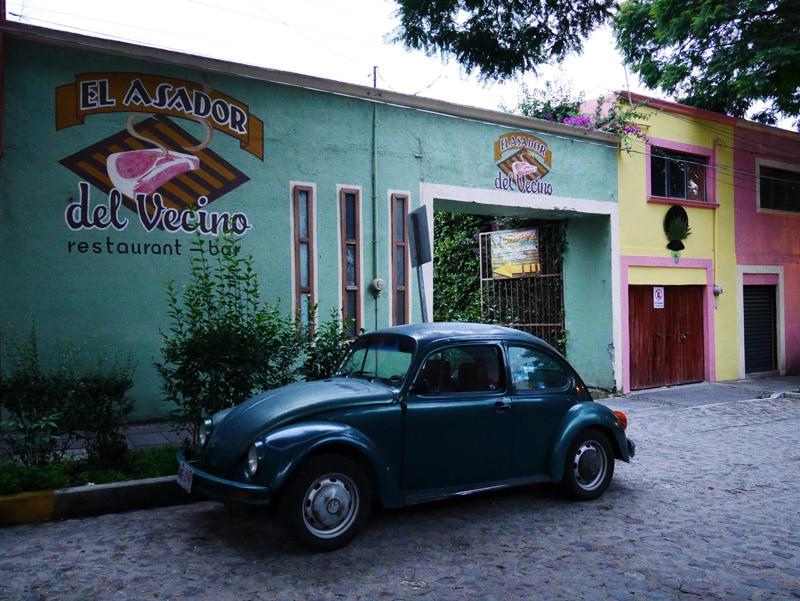 Une coccinelle garée devant des maisons colorées au Mexique