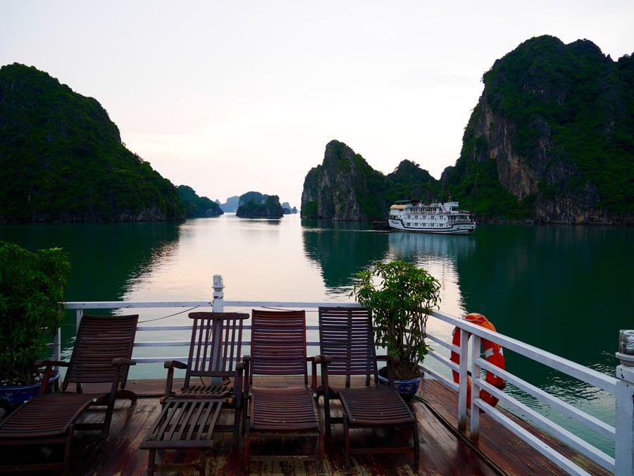 Toit terrasse d'une jonque sur la baie d'Halong au Vietnam
