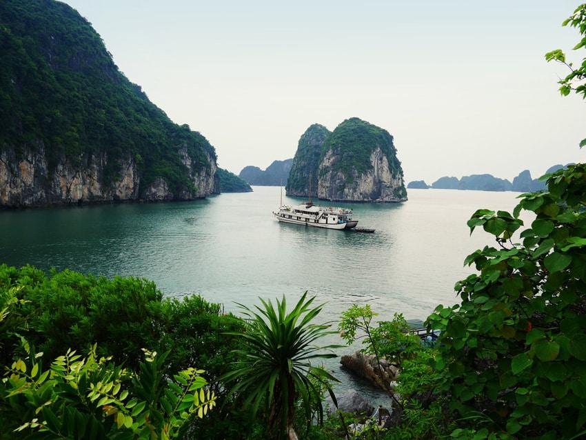 Point de vue depuis une ile sur la baie d'Halong au Vietnam