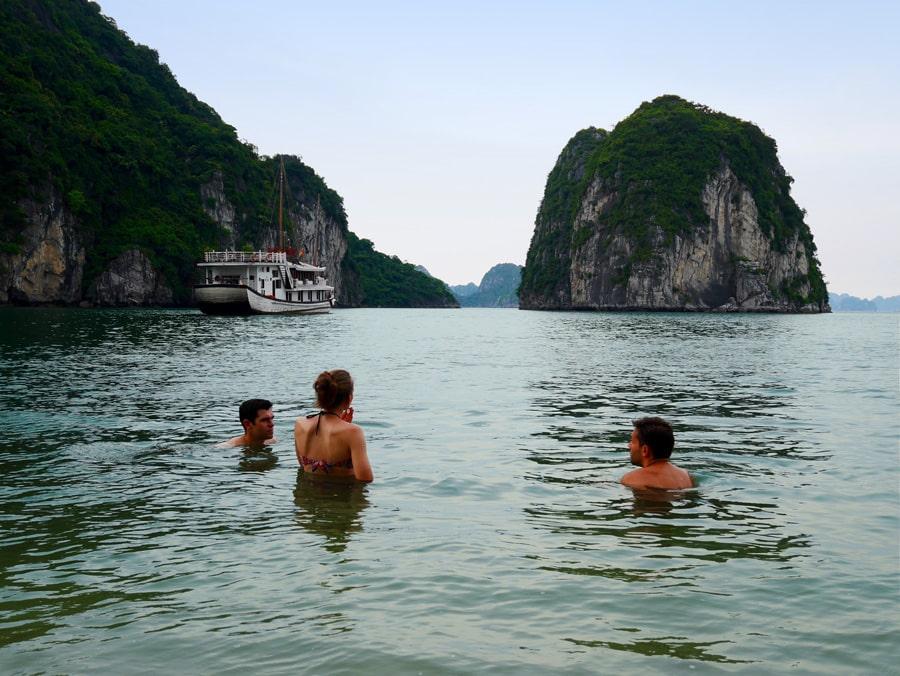 Baignade dans la baie d'Halong