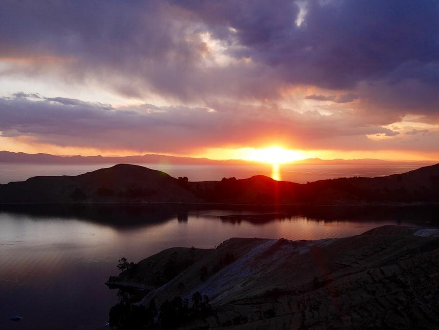 Coucher du soleil sur le lac Titicaca en Bolivie