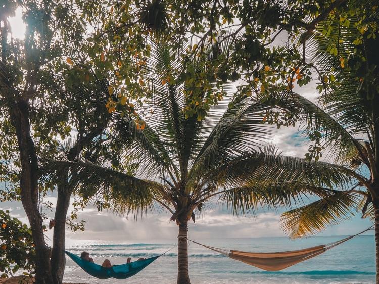Hamacs sur la plage du Souffleur en Guadeloupe