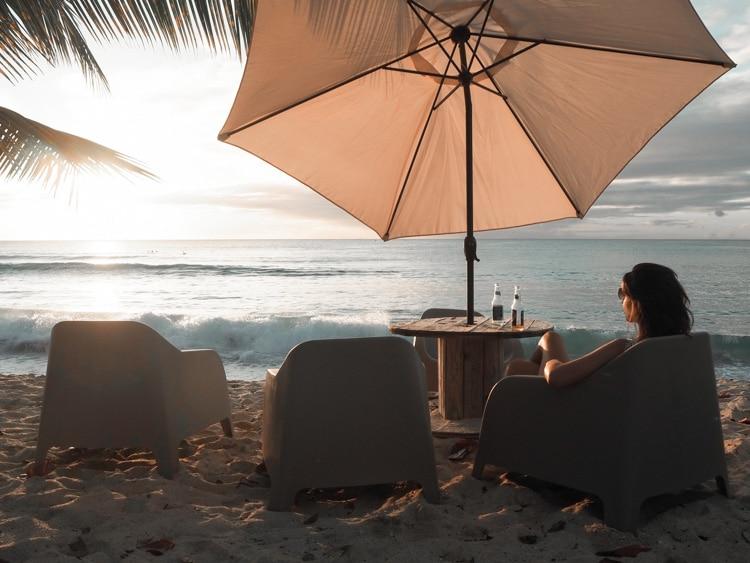 Apéro sur la plage au couchcer du soleil en Guadeloupe