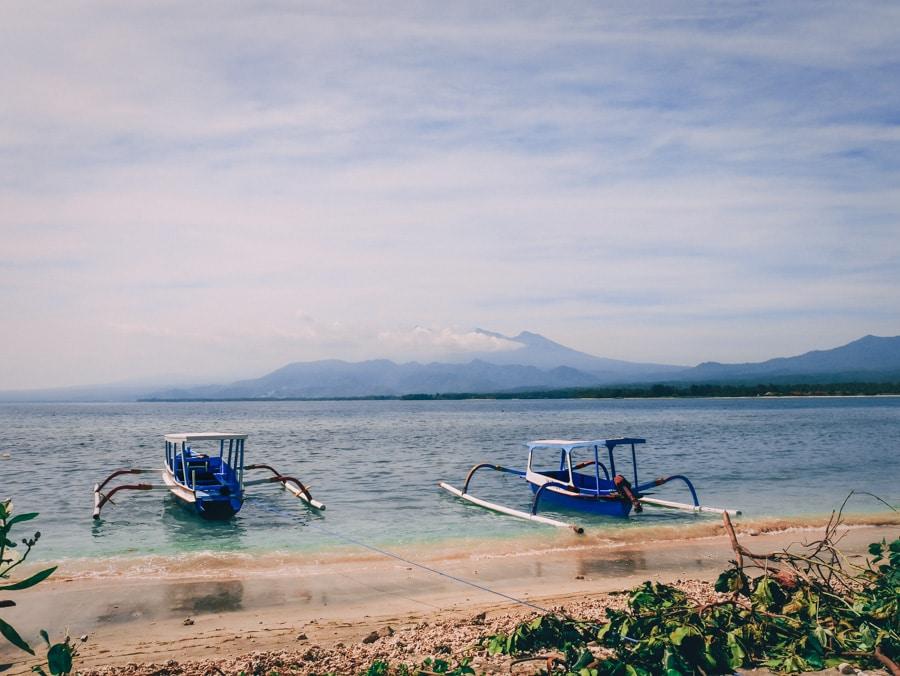 Jukung sur la plage de Gili Air en Indonésie