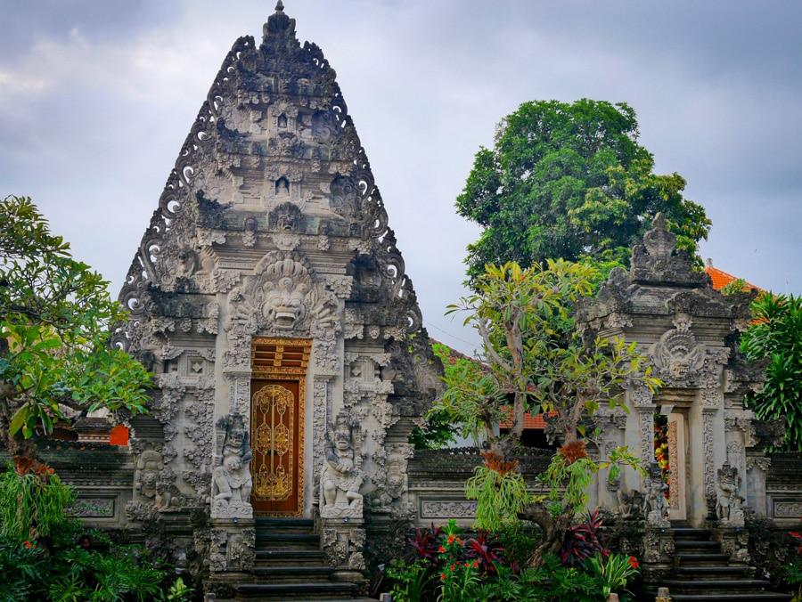 Une porte d'architecture indonésienne